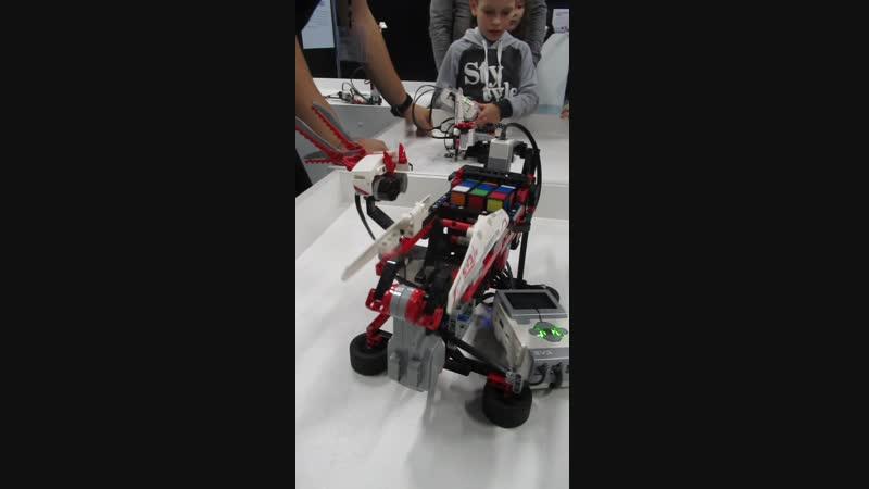 2018.10.28. Робот собирает Кубик Рубика