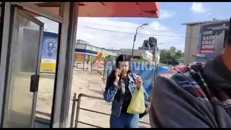 В Харькове побили дедушку, ежедневно играющего на аккордеоне в метро.
