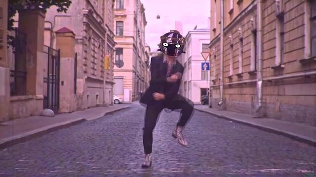 Цезарь опять вытанцовывает на улицах облачного рима сука каждый день одно и то же остановите его кто нибудь блять