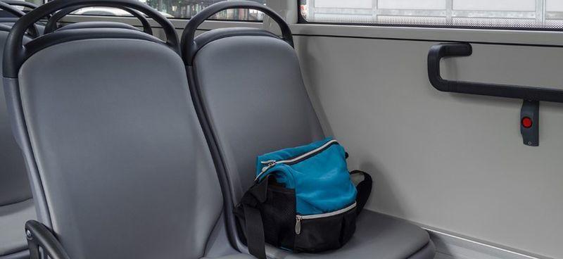 Вместо благодарности: водитель автобуса оставил помогавших ему детей без вещей и денег