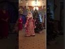 Прикольно дед Мороз танцует)