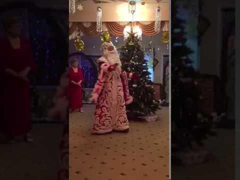 Прикольно дед Мороз танцует