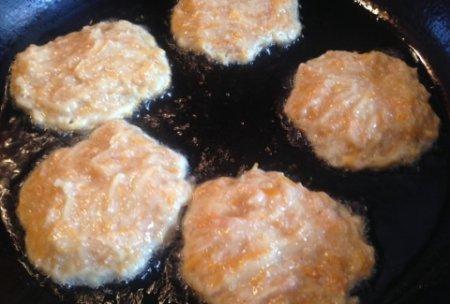Картофельно-тыквенные драники с куриным фаршем.