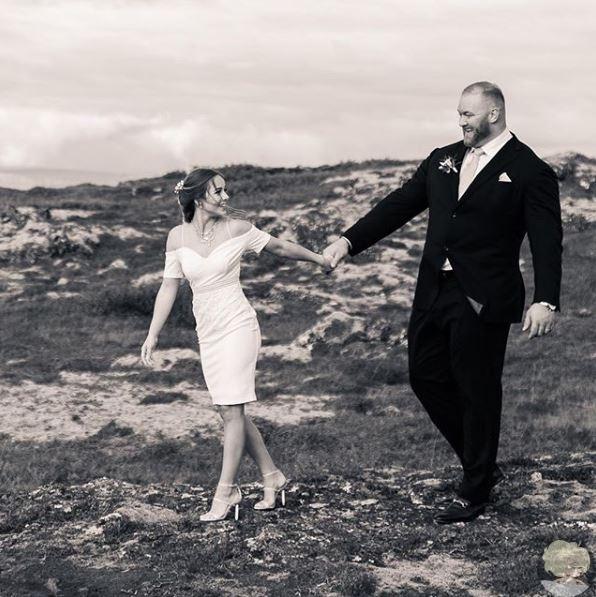 двухметровый актер из «игры престолов» женился! исландский спортсмен и актёр хафтор бьёрнссон (29), которого все знают по роли правой руки серсеи ланнистер горы из сериала «игра престолов», женился. избранницей силача стала instagram-модель и