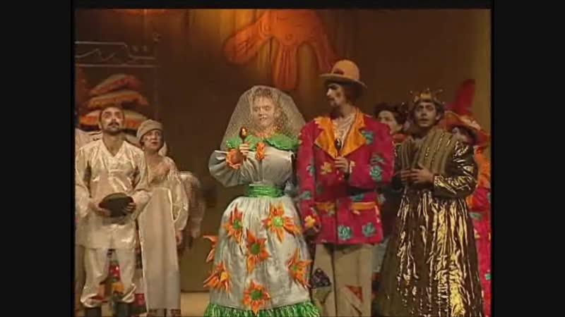 Сцены Золоченые лбы и Свадьба из спектакля А вот кому лбов золотить Няганский театр 2000г