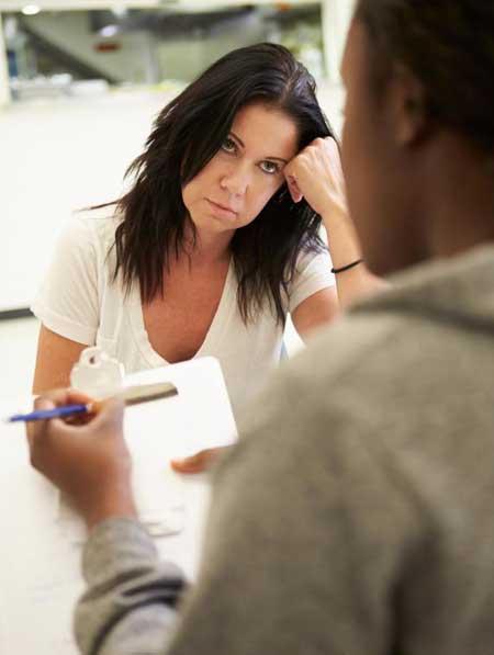 Терапевт наркомании может помочь пациенту определить источник ее или его зависимости.