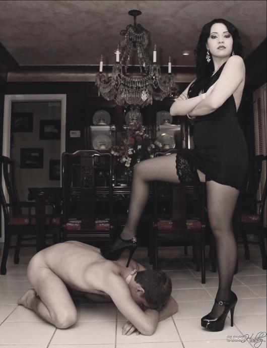 мужик стоит на коленях голый перед госпожой фото просто