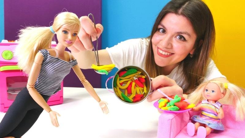 Eğitici video. Barbie oyunları. Chelsea'ye kabaklı makarna yapıyoruz!