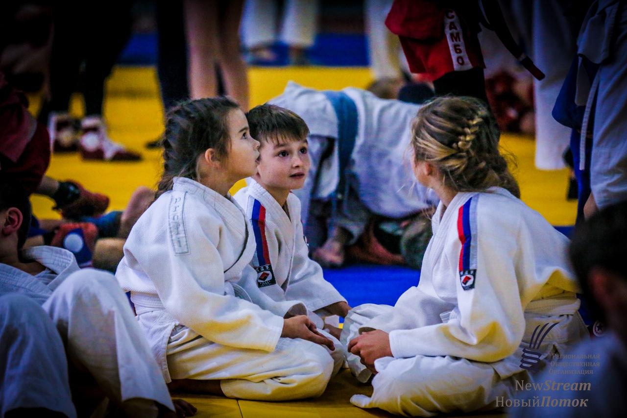 Мастер-класс по дзюдо в Керченском политехническом лицее дают дети из Москвы, ноябрь 2018