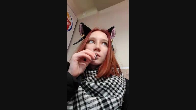 забрала у Костяна телефон и ем его картоху