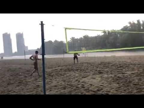 Ляшко в гідропарку зіграв у волейбол під дощем