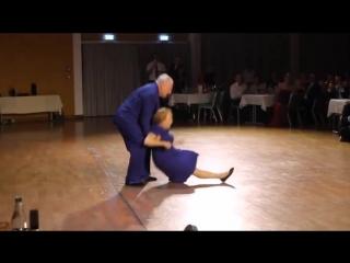 Они не так уж и стары для танцев ;)