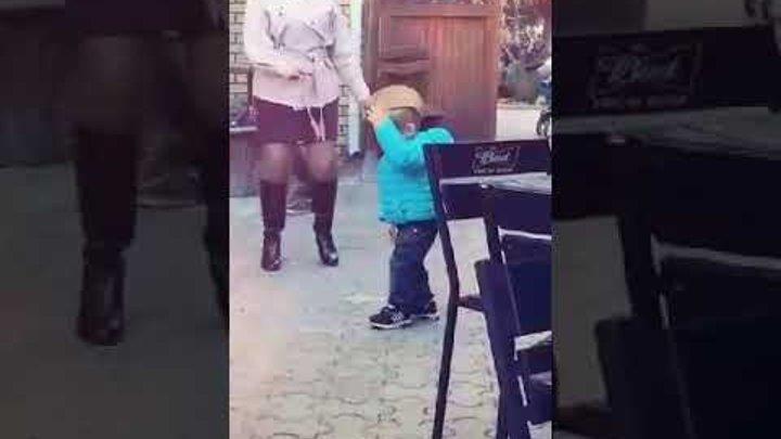 Мальчик танцует по песню я не женюсь