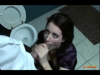 zhestko-viebali-v-tualete-i-zastavili-lizat-anus-smotret-porno
