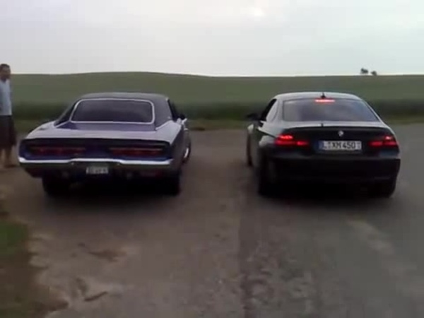Dodge Charger 1969 vs. BMW M3 E92, V8 Soundcheck, Hard Revs