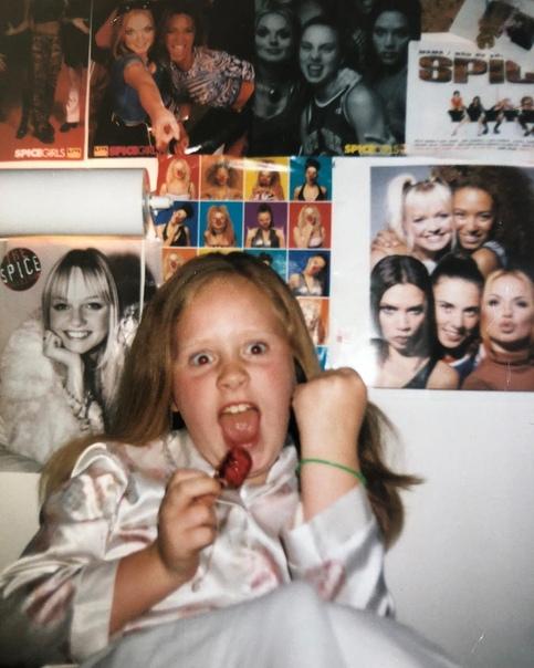 Адель поделилась редким детским фото Британская певица Адель – одна из тех знаменитостей, кто активно поддерживает движение бодипозитива и учит женщин любить себя такими, какие они есть. По
