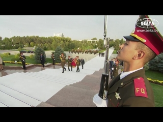 Лукашенко возложил венок к Монументу Независимости и гуманизма в Ташкенте
