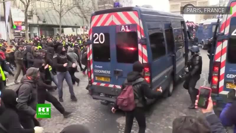 ACTE XVIII PARIS CHAMPS ELYSEES DES MANIFESTANTS SEN PRENNENT AUX VÉHICULES DES FORCES DE LORDRE SUR LES CHAMPS-ELYSÉES