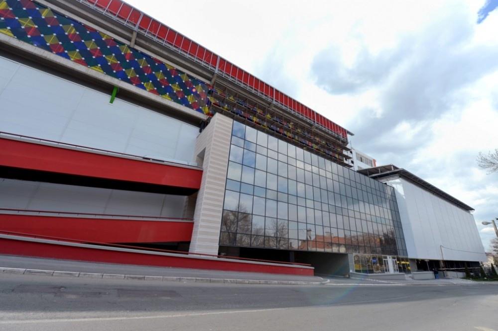 Стадион на крыше здания в Белграде