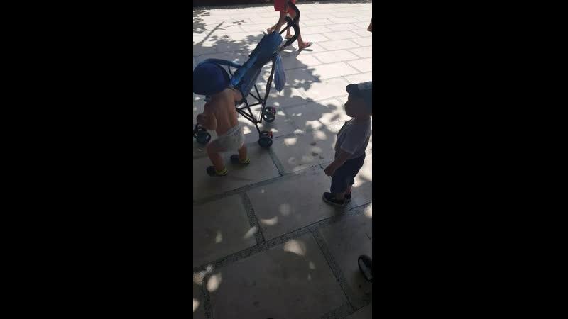 мелкий бандит отнимает коляску