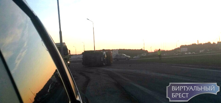 На Каменецком кольце в результате ДТП перевернулся грузовик