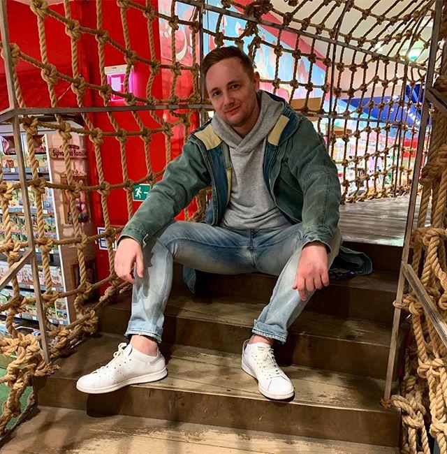 Константин Ладанин: Узурпировал у детишек детскую площадку и сижу довольный. А вы как провели воскресенье? #JoveBaratheon