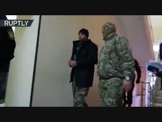 Задержанного в Керченском проливе украинского моряка заводят в зал суда