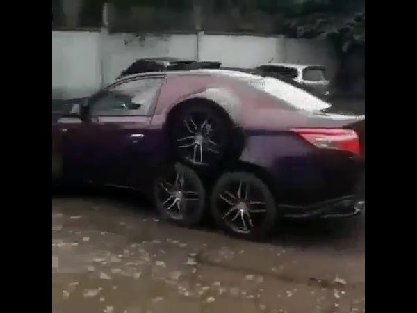 Precisamos falar sobre o peculiar carro de 8 rodas