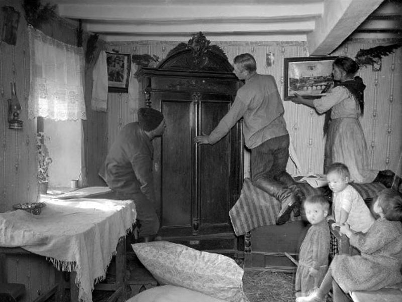 Новоселье – семья бывшего батрака вселяется в дом кулака, 1929 год. Фотограф: Макс Альперт.