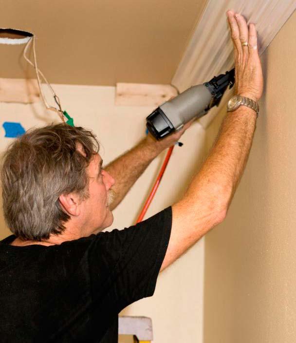 Формовочная накладка, которая прикреплена вдоль края потолка, называется корончатой отливкой и обычно представляет две незавершенные стороны для крепления к стенам и потолочным поверхностям.