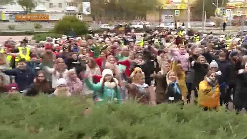 Более 400 школьников города Невинномысска приняли участие в массовом флэш-мобе в поддержку соблюдения ПДД