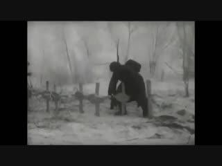 Русские солдаты сжигают кресты с немецкого кладбища