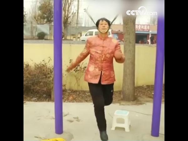 68-летняя китаянка создала необычный способ укреплять здоровье|CCTV Русский