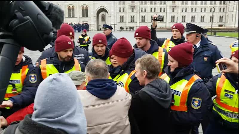 Magyar rendőr velünk van így ostromolta meg a Kossuth teret az MSZP alenöke