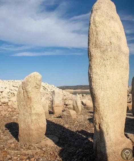 Испанские мегалиты со дна водохранилища Старожилы Касереса (Испания) рассказывали легенды о необычном строении древних, которое было затоплено водами водохранилища Вальдеканьяс. Иногда из-под