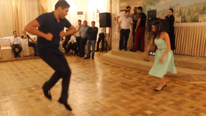 Слава Сиротка и Рада Деликатная танцуют на празднике