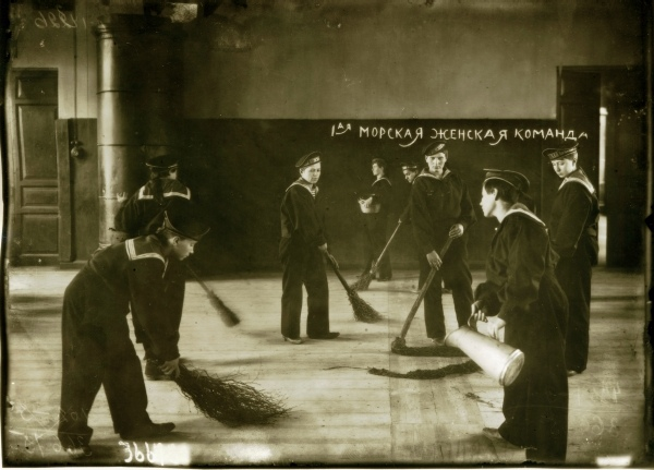 МОРСКАЯ ЖЕНСКАЯ КОМАНДА в 1917 году Летом 1917 года Временное правительство приступило у созданию женских частей. Самой известной из них стал батальон Бочкарёвой. Однако современников больше