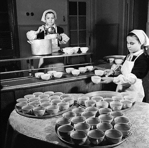 Дежурные в школьной столовой, 1952 г.
