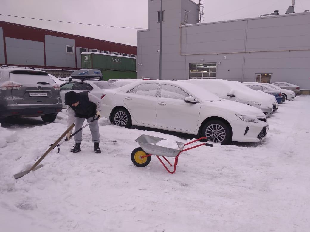 Работаем на очистке снега у салонов. o30BCdtU1Q0