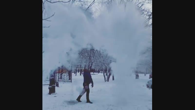 Челябинец облился холодной водой на морозе а потом обдал себя кипятком