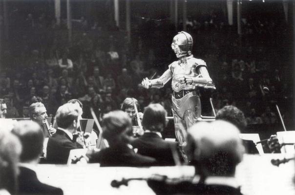 Персонаж «Звездных войн» робот C3PO дирижирует Лондонским симфоническим оркестром (1978 год
