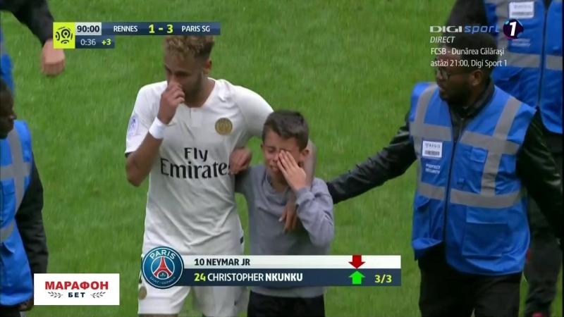 Неймар подарил футболку выбежавшему на поле мальчику