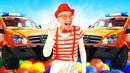 Palyaço top havuzunda ve şişme arabasını kullanıyor! Komik çocuk videoları! Süper eğlence!