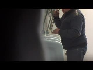 skritaya-kamera-v-muzhskih-tualetah