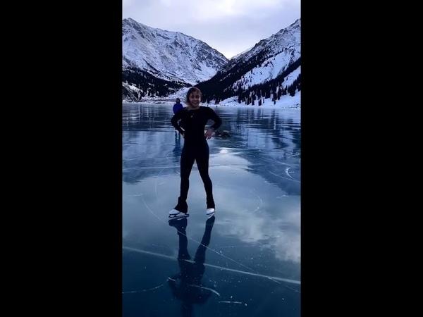 Катающаяся на коньках на БАО алматинка