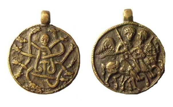 После крещения Руси язычество ещё долго проявлялось в самых разных формах Одной их таких деталей были амулеты от болезней под названием змеевики металлические или каменные медальоны, на передней