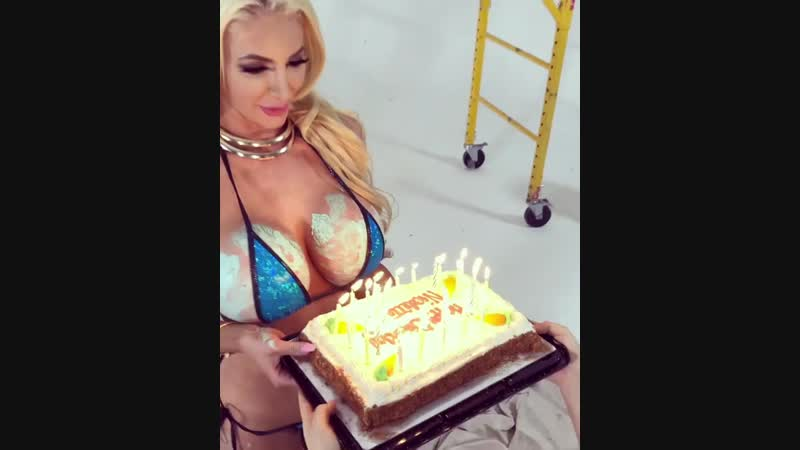 Сисястая именинница Nicolette Shea порно секс эротика попка booty anal анал сиськи boobs brazzers