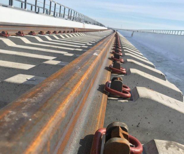 Крымский мост проседает прямо на глазах: в сети показали кошмарные масштабы катастрофы