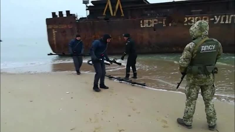 Прикордонники взяли під охорону баржу, яку прибило до берега