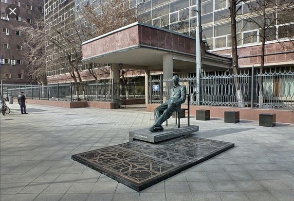 Ле Корбюзье, Le Corbusier (настоящее имя Шарль-Эдуар Жаннере-Гри 6 октября18871965) известнейший архитектор, ставший новатором в области архитектуры своего времени и основателем